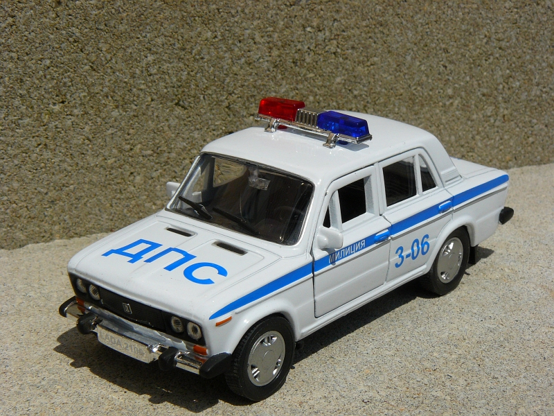 Autotime Collection Lada 2106 Polizeifahrzeug in Masstab 1:36.