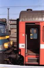 was-es-bald-nicht-mehr-gibt/161328/nmbs-lok-1501-mit-d-zug-nach NMBS Lok 1501 mit D-Zug nach Paris-Nord. Brussel-Zuid Sommer 1992. (Scan von Negativ)